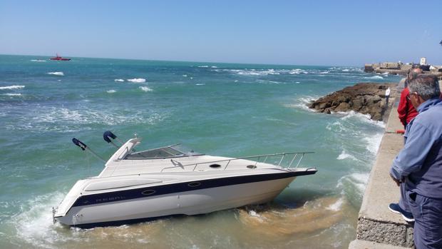 Yate encallado en el Campo del Sur de Cádiz