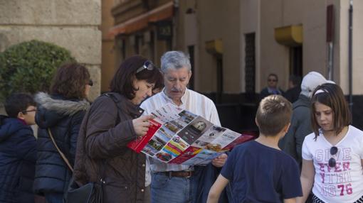 Dos turistas ojean un mapa de Cádiz