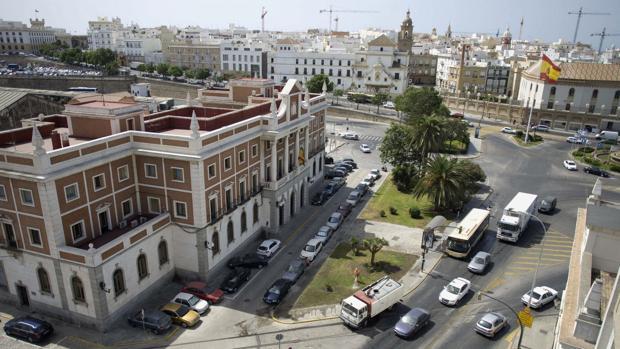 El edificio de la Aduana está plantado en mitad de la plaza, delante de la fachada de la antigua estación de trenes