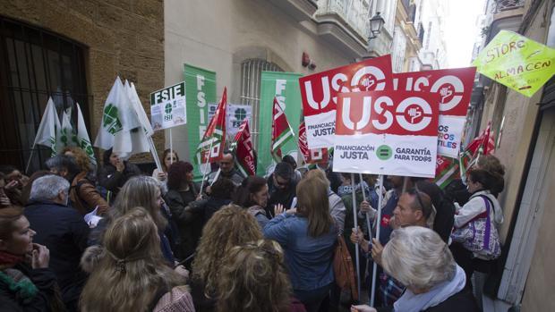 Protesta a las puertas de la delegación de Educación en Cádiz.