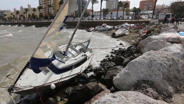 Embarcaciones encalladas en la Barriada de La Paz, en Cádiz, tras soltarse de sus amarres