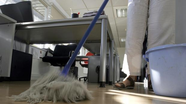 Una limpiadora, en una oficina de la provincia.