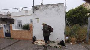 María Antonia, en la puerta de la vivienda que ocupaba.