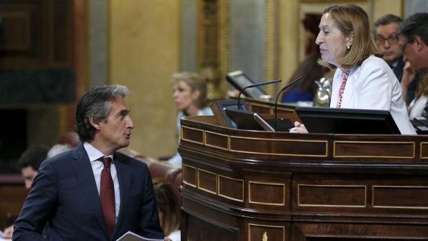 Íñigo de la Serna, ante la mirada de Ana Pastor en el Congreso.