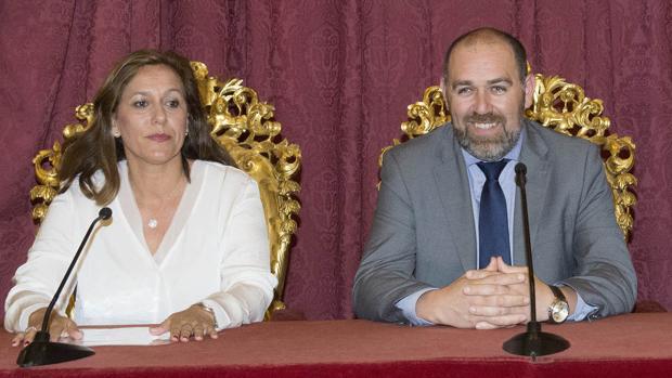 La coordinadora del Servicio Provincial de Recaudación y Gestión Tributaria, Patricia Cuenca, junto al responsable del área de Servicios Económicos, Jesús Solís