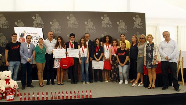 La joven gaditana junto a los demás galardonados del Concurso Jovenes talentos de Cocacola