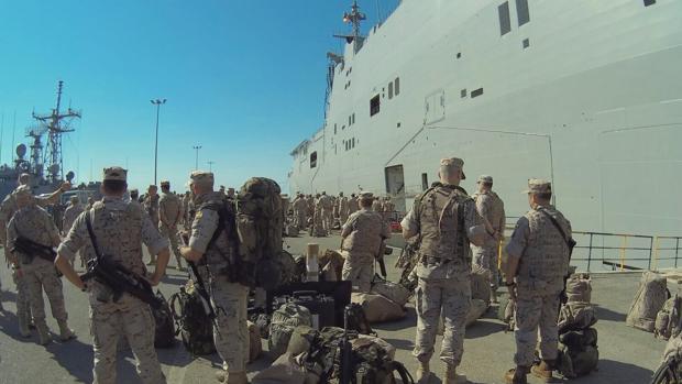 Infantes de Marina embarcan en buque anfibio portaaeronaves 'Juan Carlos I' y buque de asalto anfibio 'Castilla' para comenzar el ejercicio