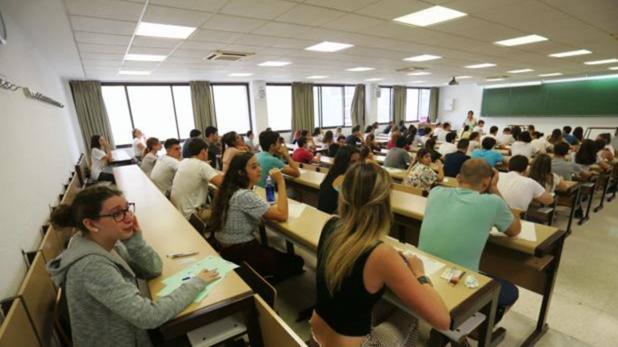 Estudiantes, durante el examen de Selectividad