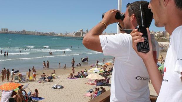 Varios socorristas vigilan las playas de Cádiz