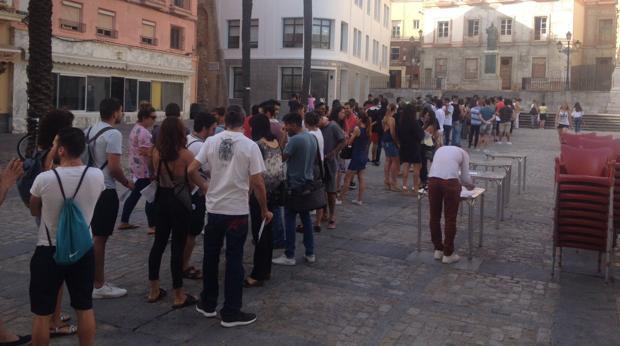 Decenas de jóvenes se encuentran en la Plaza de la Catedral para hacer el casting