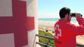 Un socorrista vigila las playas de Cádiz