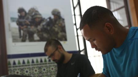 Aspirantes a su llegada a la Subdelegación de Defensa en Cádiz