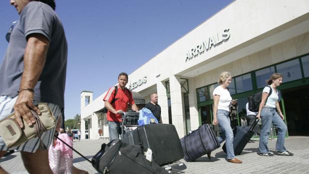 Llegada de turistas al aeropuerto de Jerez