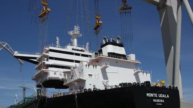 Momento de la colocación del puente de mando sobre la cubierta del petrolero 'Monte Udala'