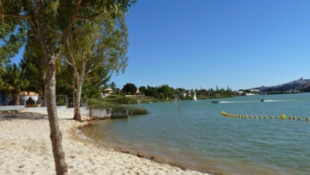 La playa de Arcos ofrece un ambiente agradable y numerosos servicios