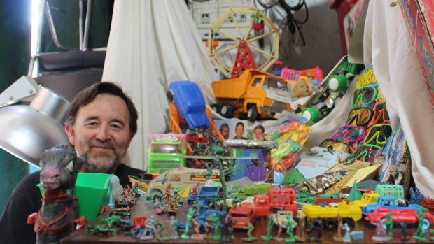 Manuel Barrera junto con una parte de su particular colección de juguetes que pone a la venta