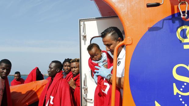 16 inmigrantes rescatados a bordo de dos pateras en Tarifa el año pasado