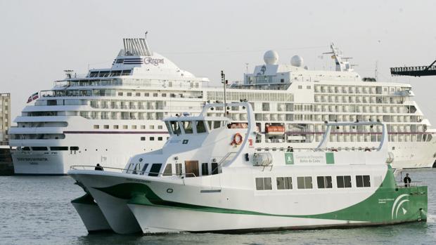 Los temporales de levante provocan la suspensión de la línea de catamarán durante el año