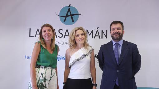 Los promotores de Los Encuentros en la Casa Pemán, Fundación Cajasol y La Voz, con la protagonista