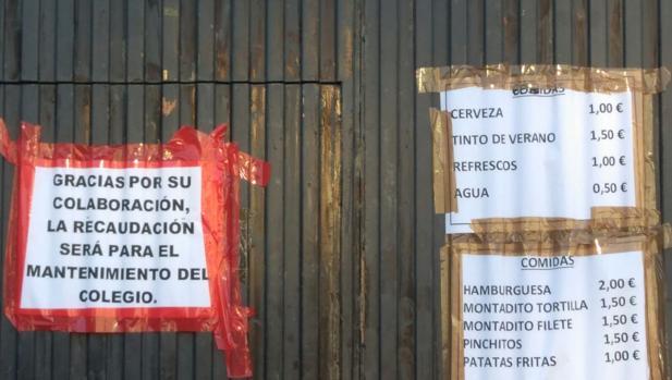 Cartel colgado en el colegio Cecilio Pujazón ante su situación.