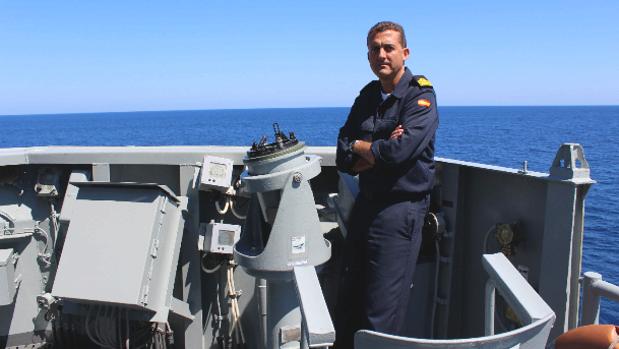 El comandante de la 'Victoria', capitán de fragata Manuel González, en el tránsito a integrarse en la operación 'Sophia'