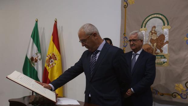Juan Luis Belizón jura el cargo ante la mirada de Jiménez Barrios.