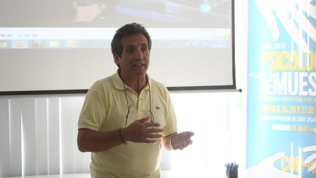 El psicólogo Andrés González Bellido, en la conferencia del Colegio de Psicólogos en Cádiz.