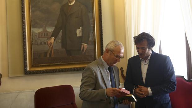 El alcalde de la ciudad y el delegado de la Junta se reunieron en Alcaldía para abordar asuntos pendientes.