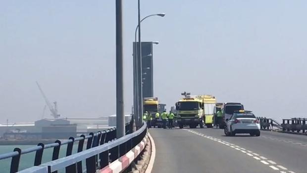 Resultado de imagen de Cae un camión al agua desde el Puente Carranza de Cádiz