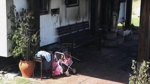 El fuego se originó en el porche de la vivienda.