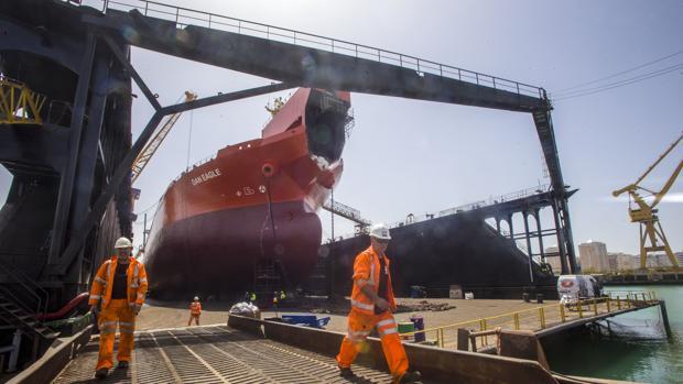 Vista parcial de la entrada al dique flotante del astillero de Cádiz
