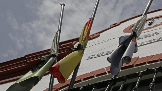 Banderas a media asta en el Ayuntamiento de La Algaba, en señal de luto