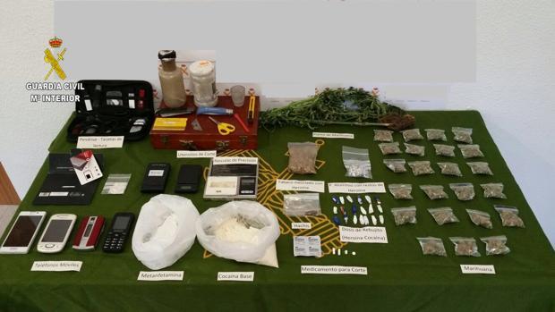La droga y objetos inacautados en un domicilio de Constantina
