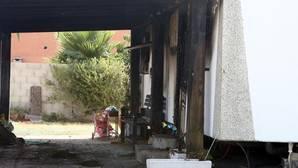 El fuego se originó en el porche.