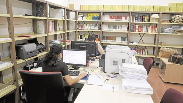 Trabajadores en el interior de los juzgados de Cádiz
