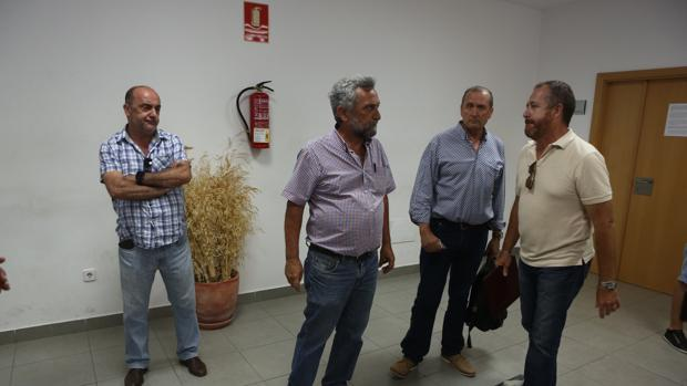 Representantes sindicales de los exdelphi aguardan turno en el juzgado de lo Social número 3