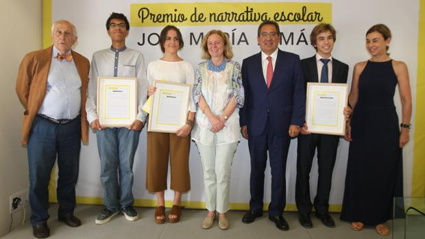 Galardonados en los Premios Pemán y personalidades invitadas al acto.