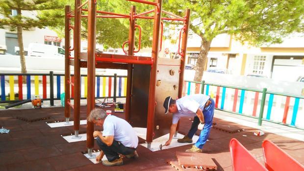 Se ha colocado el suelo de caucho, una valla multicolor y se han restaurado los juegos