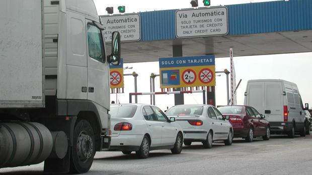 Vehículos en cola para abonar el peaje de Sevilla-Cádiz