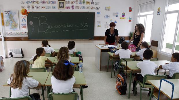 Alumnos en el inicio de curso en una foto de archivo