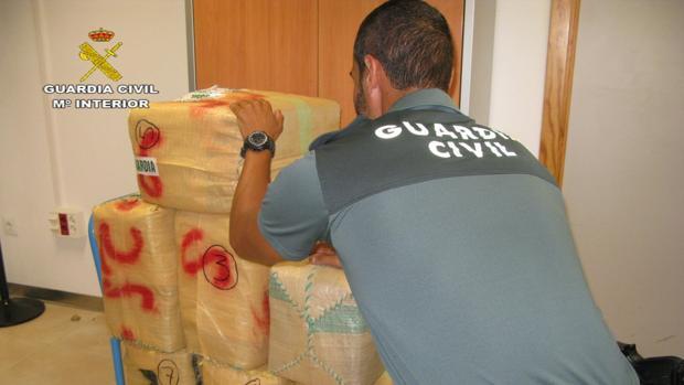 El detenido guardaba el hachís y las matrículas en una parcela de Utrera