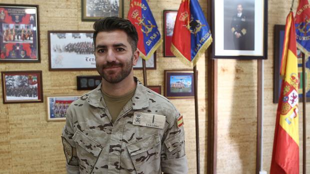 El soldado Manuel Santana es el autor de 'El amanecer de un hombre muerto'.