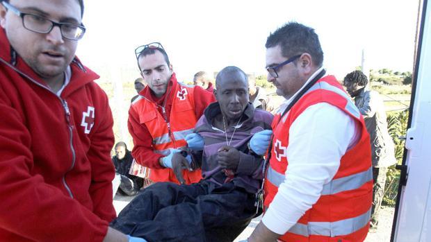 Voluntarios de Cruz Roja asisten a inmigrantes llegados en Patera en Tarifa
