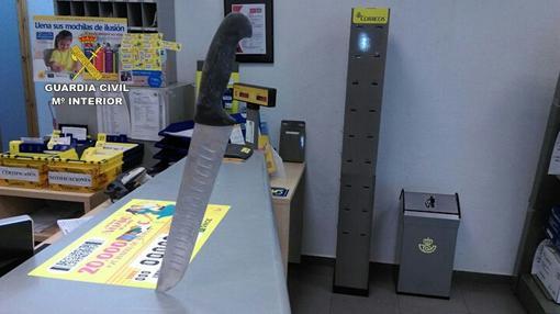 El cuchillo, clavado en el mostrador de la oficina