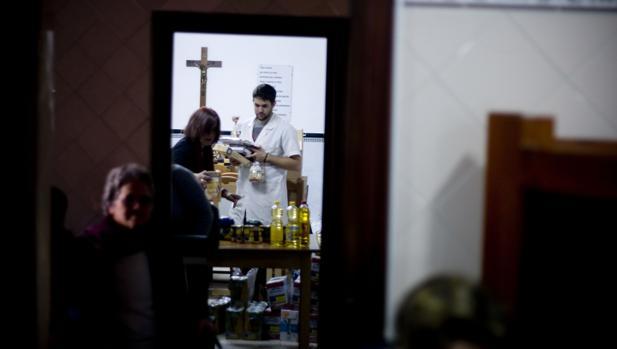 Reparto de alimentos en un centro social de Cádiz