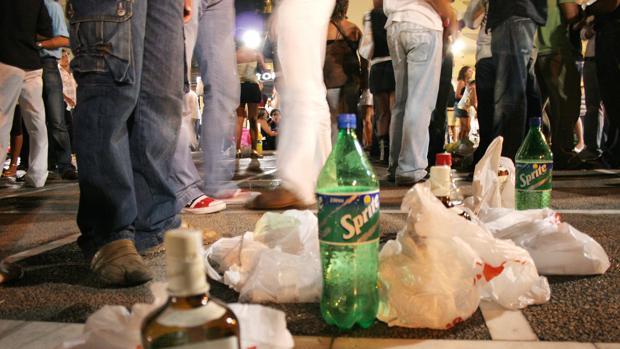 Los jóvenes de muchas localidades gaditanas salen por la noche en verano por Conil