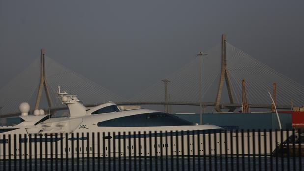 El megayate de un jeque árabe regresa al muelle de Cádiz