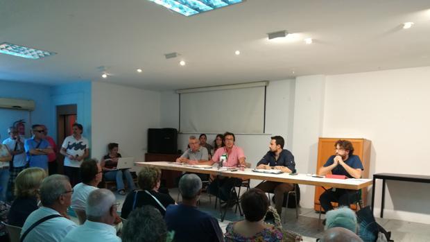 García de Quirós, sentado junto al concejal de urbanismo, Martín Vila, durante la reunión en Loreto.
