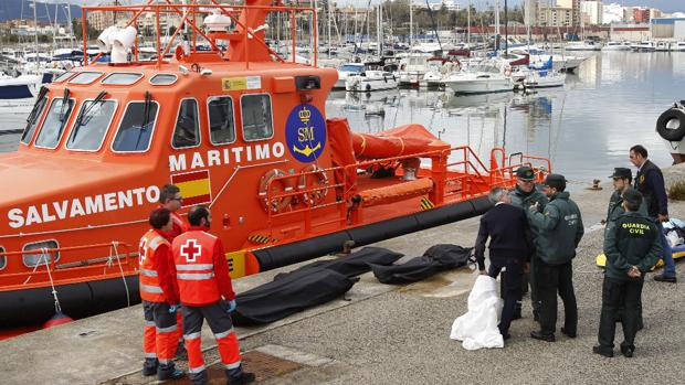 Rescatadas 15 personas en dos embarcaciones en aguas del Estrecho