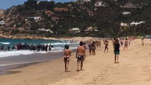 Una patera con inmigrantes llega a la playa de los Alemanes en Cádiz